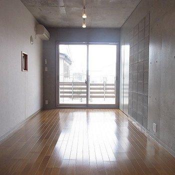 ある程度の大きさのものは置けそうです※写真は3階の同間取り別部屋のものです