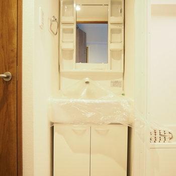 お風呂とトイレの間に独立洗面台!