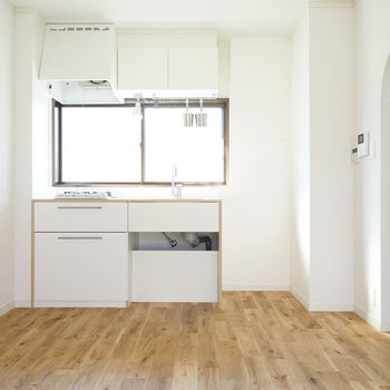 この窓のおかげでキッチンに立つ時間が長くなりそう♪2口コンロです。 ※この写真は前回募集時のものです