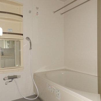浴室乾燥機付きのお風呂です。(※写真は9階の同間取り別部屋です)