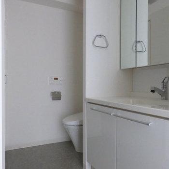 洗面スペースは一緒になっています。(※写真は9階の同間取り別部屋です)