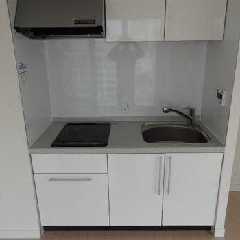 2口IHのシンプルなキッチン。(※写真は9階の同間取り別部屋です)