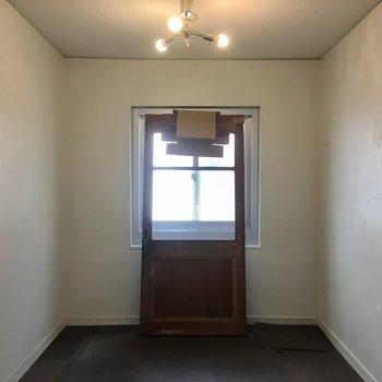 キッチン裏のお部屋。※現在、お部屋の一部を工事中。