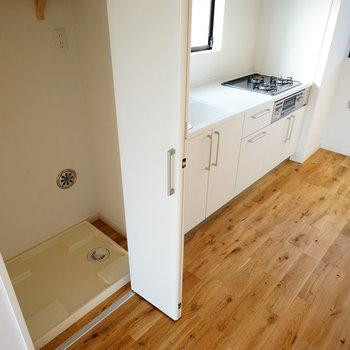 キッチン横に洗濯機を※写真は同じ建物の別部屋です