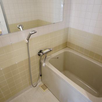 お風呂には横長鏡を※写真は同じ建物の別部屋です