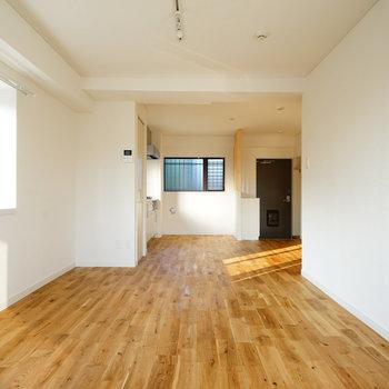 クールな印象のオークの無垢床をふんだんに※写真は同じ建物の別部屋です※実際は左側の窓はございません