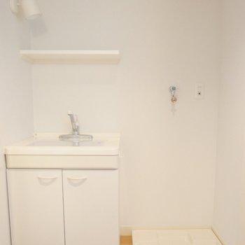 洗濯機置場の横にも洗面台。
