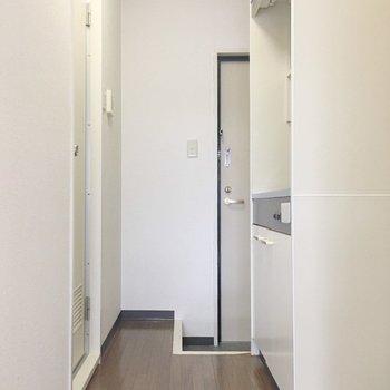 キッチンが廊下にあるのは便利っ。(※写真は3階の反転間取り別部屋のものです)