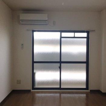 エアコンと大きめの窓。(※写真は3階の反転間取り別部屋のものです)