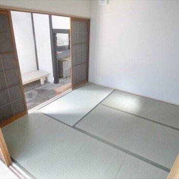 6畳。家具は基本的にシェアだから広々。