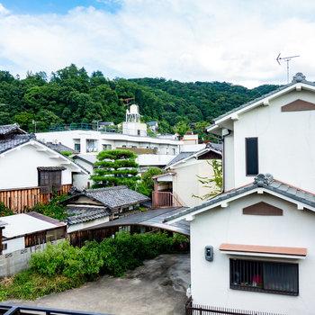 【2階和室②】ここからの眺望は開けていて気持ちいい。瓜生山がちらり。