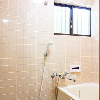 その先、浴室です。小窓が嬉しい。
