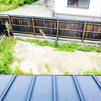 【2階和室②】見下ろすとお庭の広さがわかります。