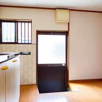 【LDK】キッチンから外へ出られて、ゴミ出しも楽チン。冷蔵庫もしっかり置けますね。