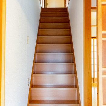 この階段を登って、