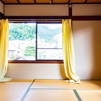 【2階和室②】東向きの窓です。