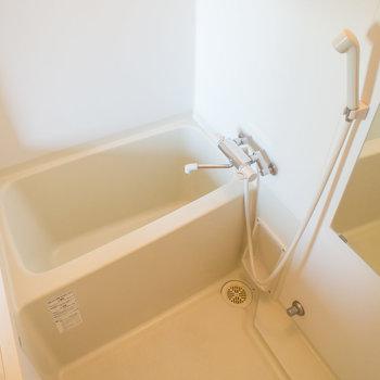 お風呂はお部屋から丸見え!サーモ水栓で温度調節も簡単。