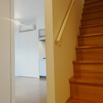 階段下からはキッチンが覗けます