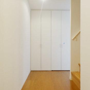 玄関正面に2つの収納?