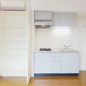キッチン横には収納
