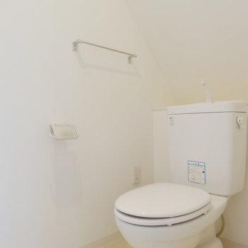 階段下のスペースにトイレ