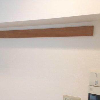 【LDK】キッチン横の長押。フックなどで収納の拡張に。