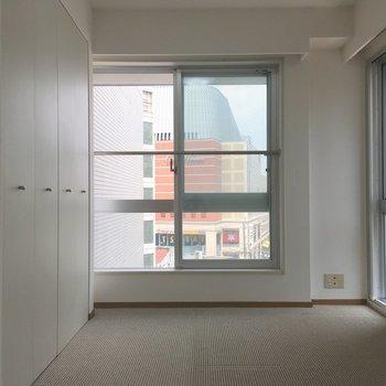 【洋室】窓の開放感。気持ちいいですね〜。