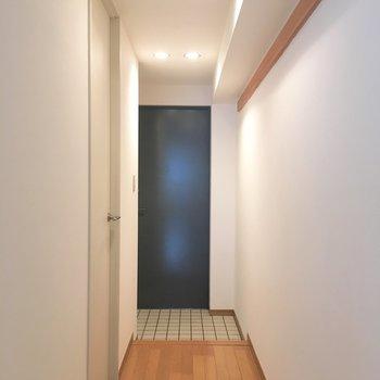 廊下にも長押が。冬のコートをかけて置くことも可能。