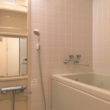 浴室には物干しが付いています。雨の日はこちらに干せますね。