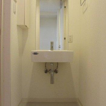 独立洗面。鏡が大きくて使いやすそう※写真は3階の同間取り別部屋のものです
