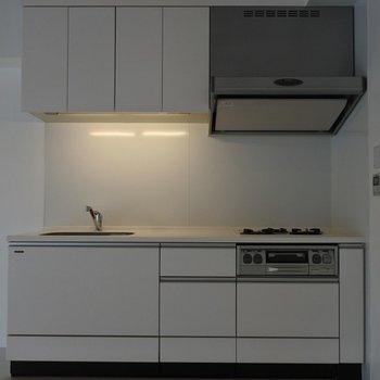 キッチンは機能性抜群な3口+グリル付き※写真は同間取り別室です