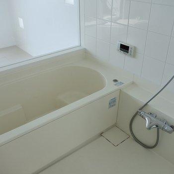 ゆったり浴槽。追い焚き付き。※写真は同間取り別室です