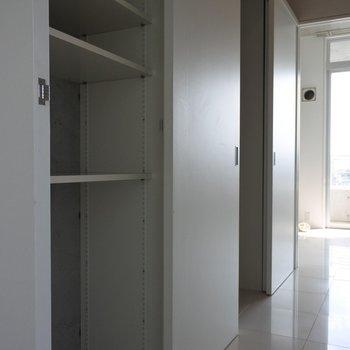 廊下は一面収納です。※写真は同間取り別室です