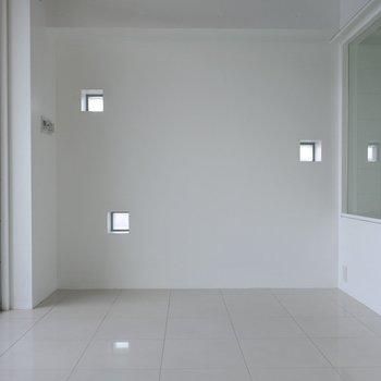 寝室とお風呂。ガラス張り・・!※写真は同間取り別室です