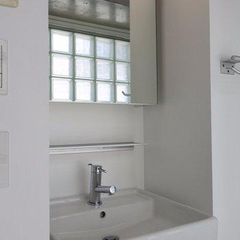洗面もホワイトで清潔感たっぷり※写真は同間取り別室です