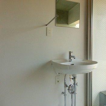 ベランダ横にポツリと洗面台※写真は別部屋です。