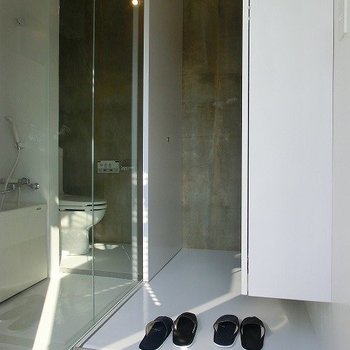 玄関横にバストイレ!※写真は別部屋です。
