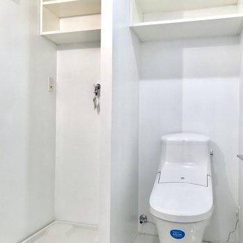 向かいにトイレと洗濯機置き場が並んでいます