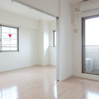 ちらりと見えるのが洋室。(※写真は3階同間取り別部屋のものです)(※キッチンの色が異なる場合がございます)