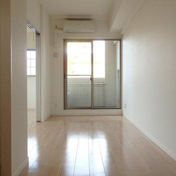 東向きの窓です。(※写真は3階同間取り別部屋のものです)(※キッチンの色が異なる場合がございます)