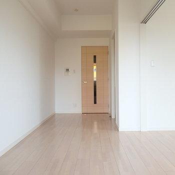 シンプルで暮らしやすい空間。(※写真は3階同間取り別部屋のものです)(※キッチンの色が異なる場合がございます)