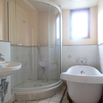 こだわりの浴室!(※写真は3階同間取り別部屋のものです)(※キッチンの色が異なる場合がございます)