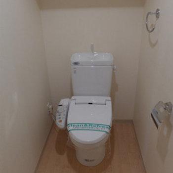 トイレは嬉しいウォシュレット付き。(※写真は2階の反転間取り別部屋のものです)