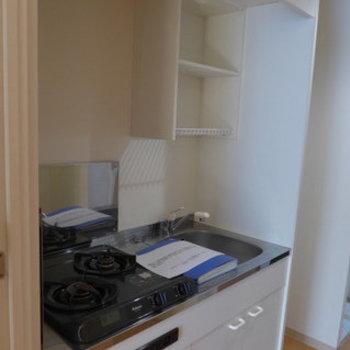 キッチンはコンパクトです。でも2口コンロ!(※写真は2階の反転間取り別部屋のものです)