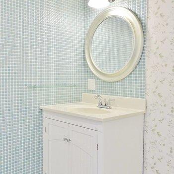丸い鏡がチャーミングな洗面台※写真は前回募集時のもの。