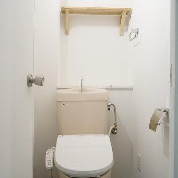ウォシュレット新設しました!トイレットペーパーもおける造作棚がポイントです!
