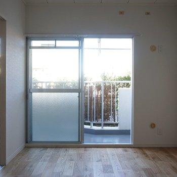 ベランダ側洋室】1階なので眺望は...ですが緑が見えてリラックス効果抜群!