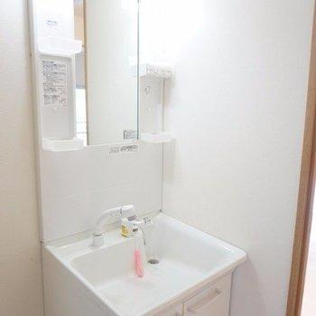 大きな独立洗面台がついてます!これだけで、アメニティは収納できちゃうからうれしいですね♪