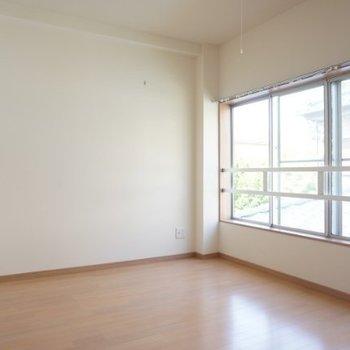 もう一つの洋室にも大きな窓。
