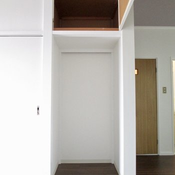 【洋室6帖】上にも棚が。カーテンなど付けて隠すといいですね。